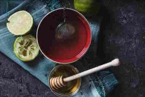 remedio casero para el dolor de garganta - Té con miel y limón